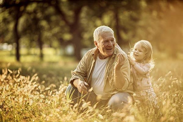 Abuelo y nieto encarnados como almas gemelas